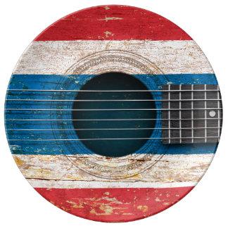 Bandera tailandesa en la guitarra acústica vieja platos de cerámica