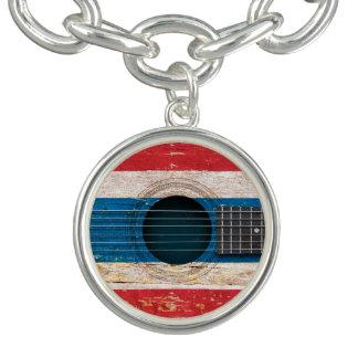 Bandera tailandesa en la guitarra acústica vieja pulseras con dijer