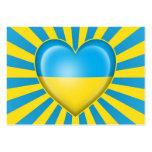 Bandera ucraniana del corazón con la explosión de  plantillas de tarjeta de negocio