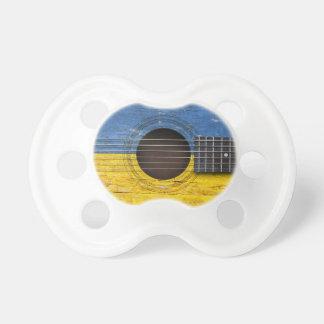 Bandera ucraniana en la guitarra acústica vieja chupete de bebe