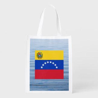 Bandera venezolana que flota en el agua bolsas de la compra