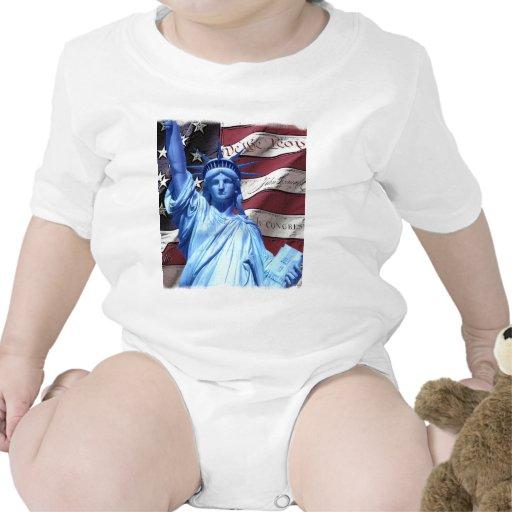 Bandera y estatua del diseño de la libertad camisetas