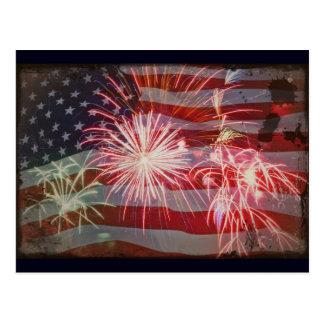 Bandera y fuegos artificiales retros tarjeta postal