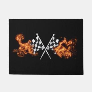 Banderas a cuadros de la raza en el fuego felpudo