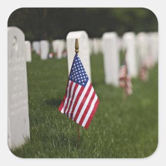 Banderas americanas en las tumbas de veteranos calcomanía cuadradas personalizada