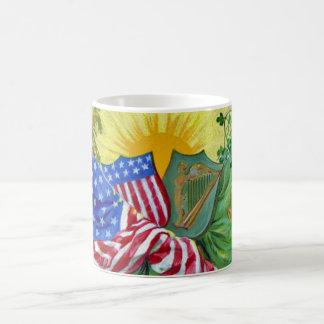 banderas americanas irlandesas taza de café