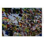 Banderas budistas del rezo en la brisa tarjeton