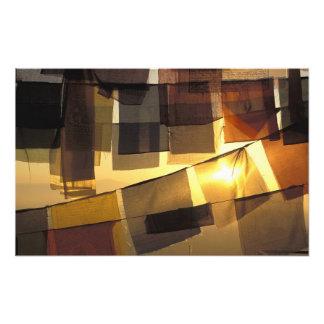 Banderas budistas del rezo en la puesta del sol, impresión fotográfica