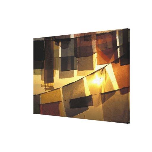 Banderas budistas del rezo en la puesta del sol, lienzo envuelto para galerias