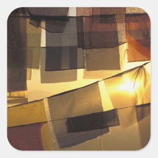 Banderas budistas del rezo en la puesta del sol colcomanias cuadradas personalizadas