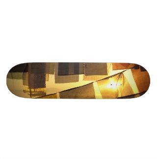 Banderas budistas del rezo en la puesta del sol, skateboard