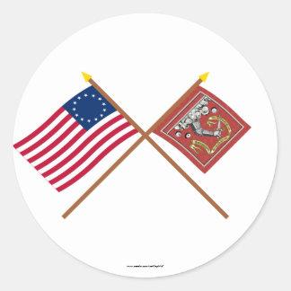 Banderas cruzadas de Betsy Ross y de Bedford Pegatina Redonda