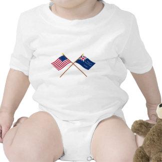 Banderas cruzadas de Betsy Ross y de George Rex Traje De Bebé