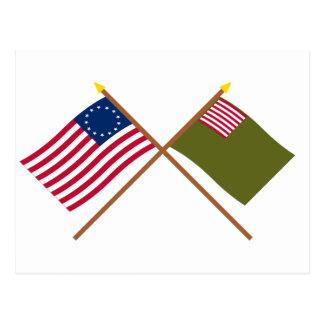 Banderas cruzadas de Betsy Ross y de la milicia de Postal