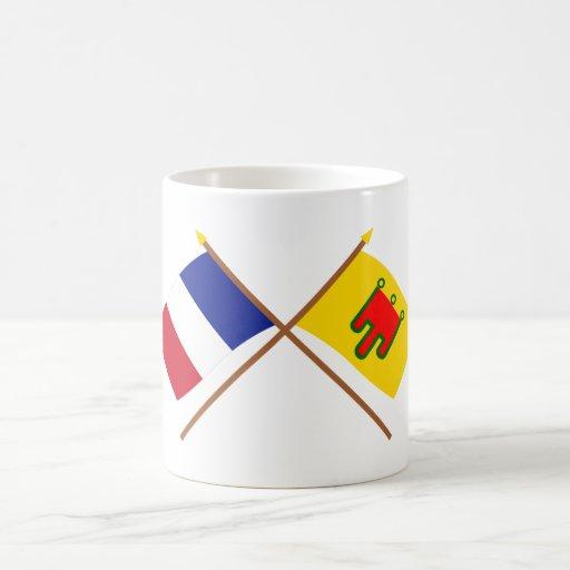 Banderas cruzadas de Francia y de Auvergne Tazas De Café