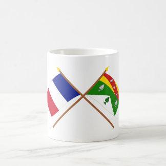 Banderas cruzadas de Francia y de los Vosgos Taza Básica Blanca