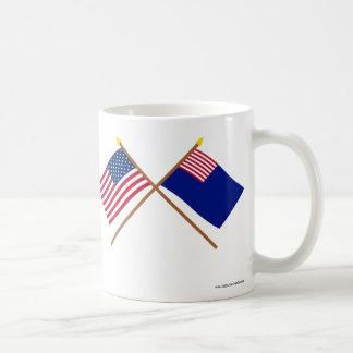 Banderas cruzadas de la marina de guerra de los E. Taza Básica Blanca