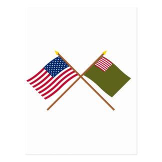 Banderas cruzadas de la milicia de los E.E.U.U. y  Postal