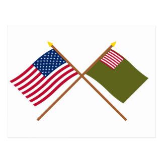 Banderas cruzadas de la milicia de los E.E.U.U. y  Tarjeta Postal