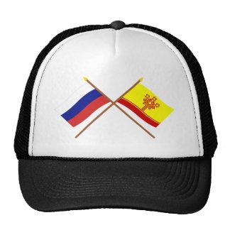 Banderas cruzadas de la república de Rusia y del Gorros Bordados
