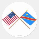 Banderas cruzadas de la república Democratic de Etiquetas Redondas