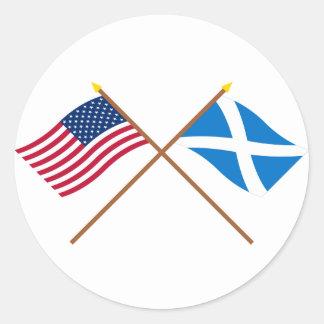 Banderas cruzadas de los E.E.U.U. y de la Escocia Pegatina Redonda