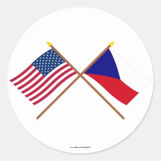 Banderas cruzadas de los E.E.U.U. y de la Pegatina Redonda
