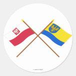 Banderas cruzadas de Polonia y de Opolskie Etiquetas Redondas