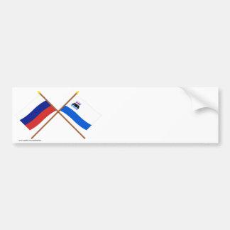 Banderas cruzadas de Rusia y de Kamchatka Krai Pegatina De Parachoque