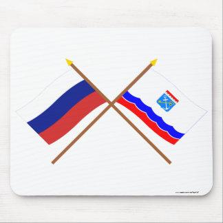 Banderas cruzadas de Rusia y de Leningrad Oblast Tapete De Ratones