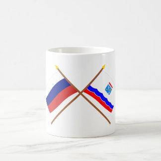 Banderas cruzadas de Rusia y de Leningrad Oblast Taza Básica Blanca