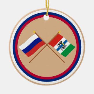 Banderas cruzadas de Rusia y de Novosibirsk Oblast Ornamento Para Arbol De Navidad