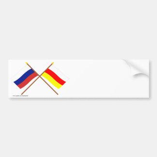 Banderas cruzadas de Rusia y del representante de Etiqueta De Parachoque