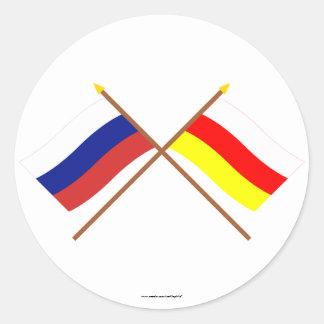 Banderas cruzadas de Rusia y del representante. de Pegatina Redonda