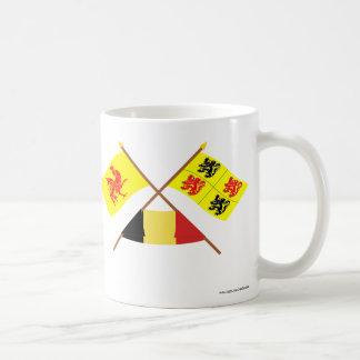 Banderas cruzadas de valón y de Hainaut con Taza Básica Blanca
