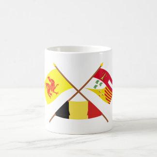 Banderas cruzadas de valón y de Liège con Bélgica Taza Básica Blanca