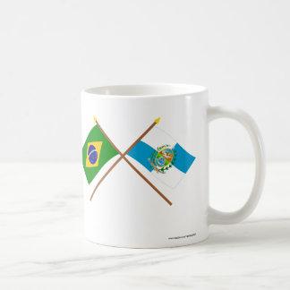 Banderas cruzadas del Brasil y de Río de Janeiro Taza Básica Blanca