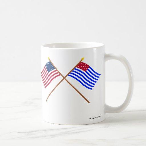 Banderas cruzadas del sedero de Betsy Ross y del p Tazas De Café