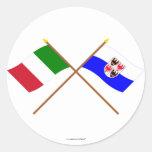 Banderas cruzadas el Adigio de Italia y del Pegatina Redonda