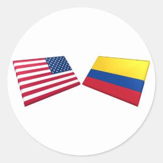 Banderas de los E.E.U.U. y de Colombia Pegatina Redonda