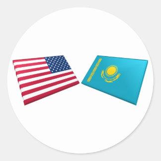 Banderas de los E.E.U.U. y de Kazajistán Pegatina Redonda
