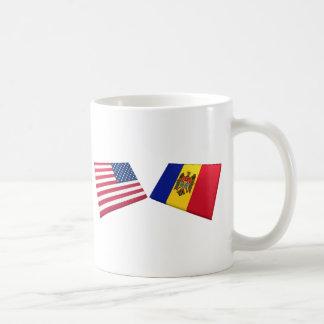 Banderas de los E.E.U.U. y del Moldavia Tazas De Café