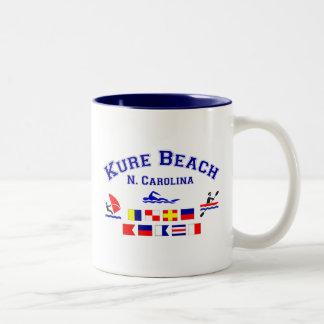 Banderas de señal del NC de la playa de Kure Taza De Dos Tonos