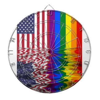 Banderas del americano y del arco iris reflejadas
