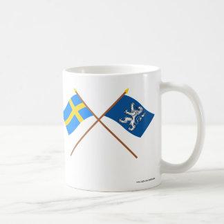 Banderas del län cruzado de Suecia y de Hallands Taza Básica Blanca