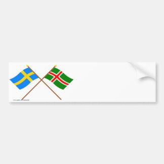 Banderas del landskap cruzado de Suecia y de Småla Pegatina De Parachoque
