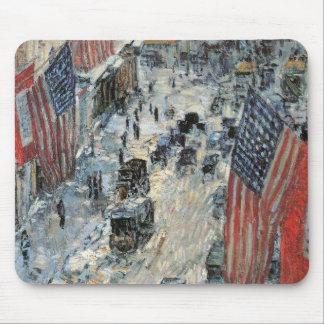 Banderas en la 57.a calle de Childe Hassam, arte Alfombrilla De Ratón