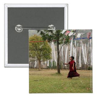 Banderas jovenes del monje y del rezo pin