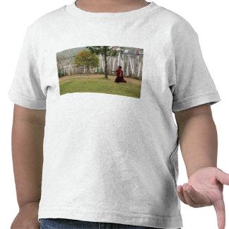 Banderas jovenes del monje y del rezo camisetas