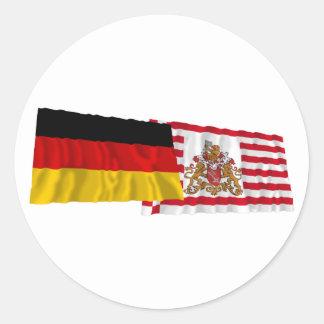Banderas que agitan de Alemania y de Bremen Etiqueta Redonda